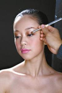 桃花妆眼影是什么颜色 桃花眼影画法步骤图